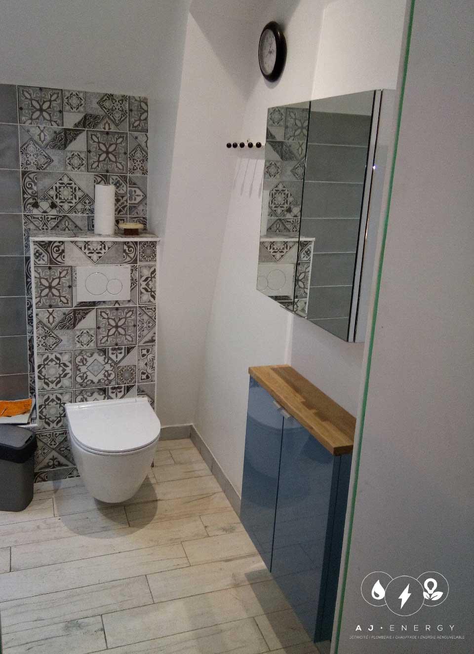 Salle de bain : Baignoire-lavabo- Toilette suspendu.